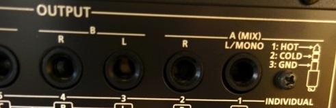 Roland INTEGRA-7 のリアパネルのアウトプット・フォーン・ジャックは3極の「TRS」(バランス)