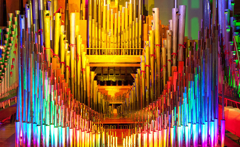 800px-The_Mighty_Wurlitzer_theatre_organ_pipes_with_color_light_1,_Nethercutt_Collection