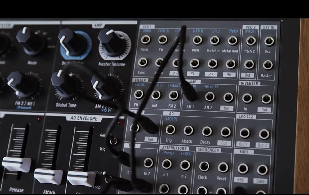 演奏できるシーケンサーを備えたシンセサイザー Arturia MiniBrute 2S