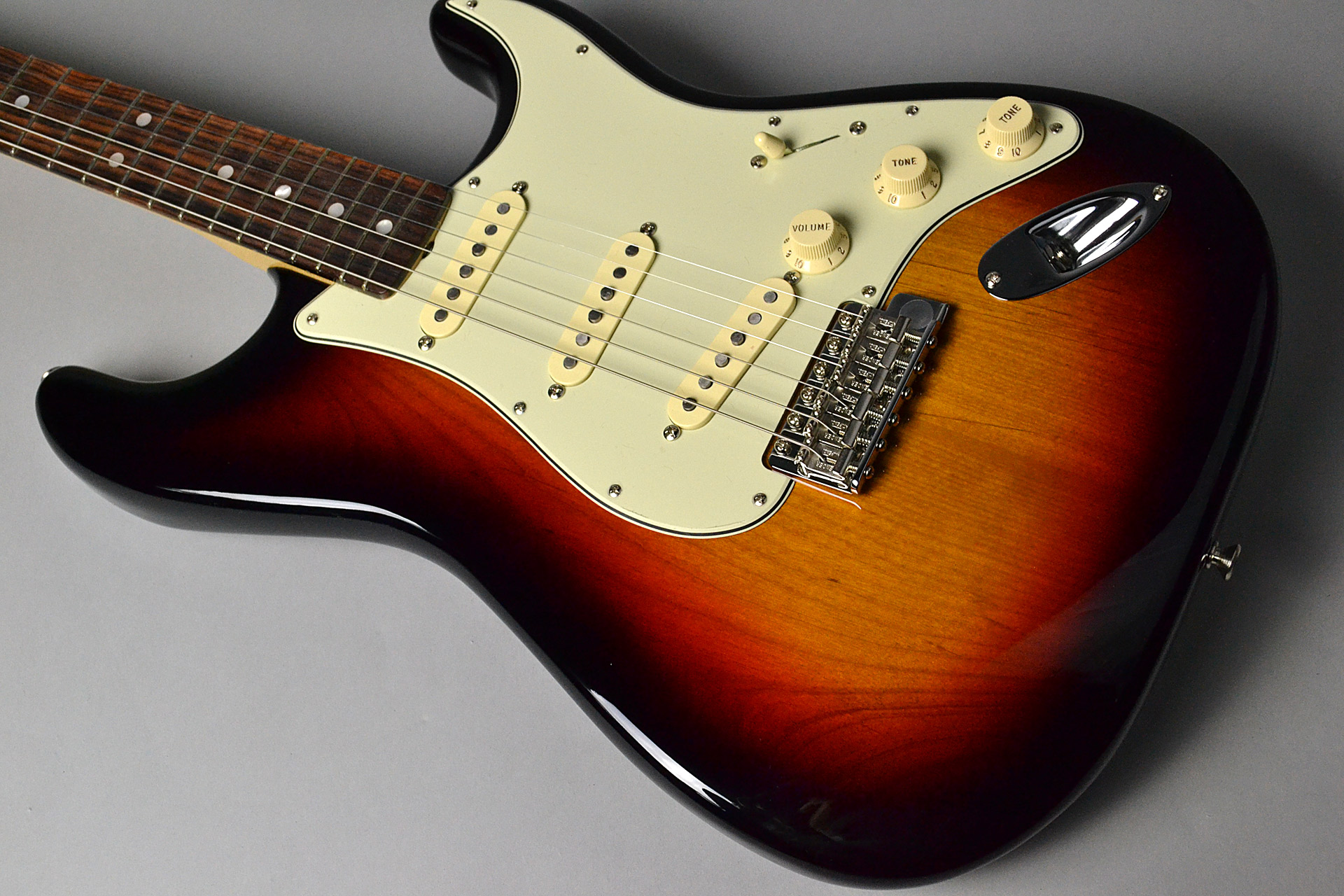 American Original '60s Stratocaster 3-Color Sunburstの全体画像(縦)