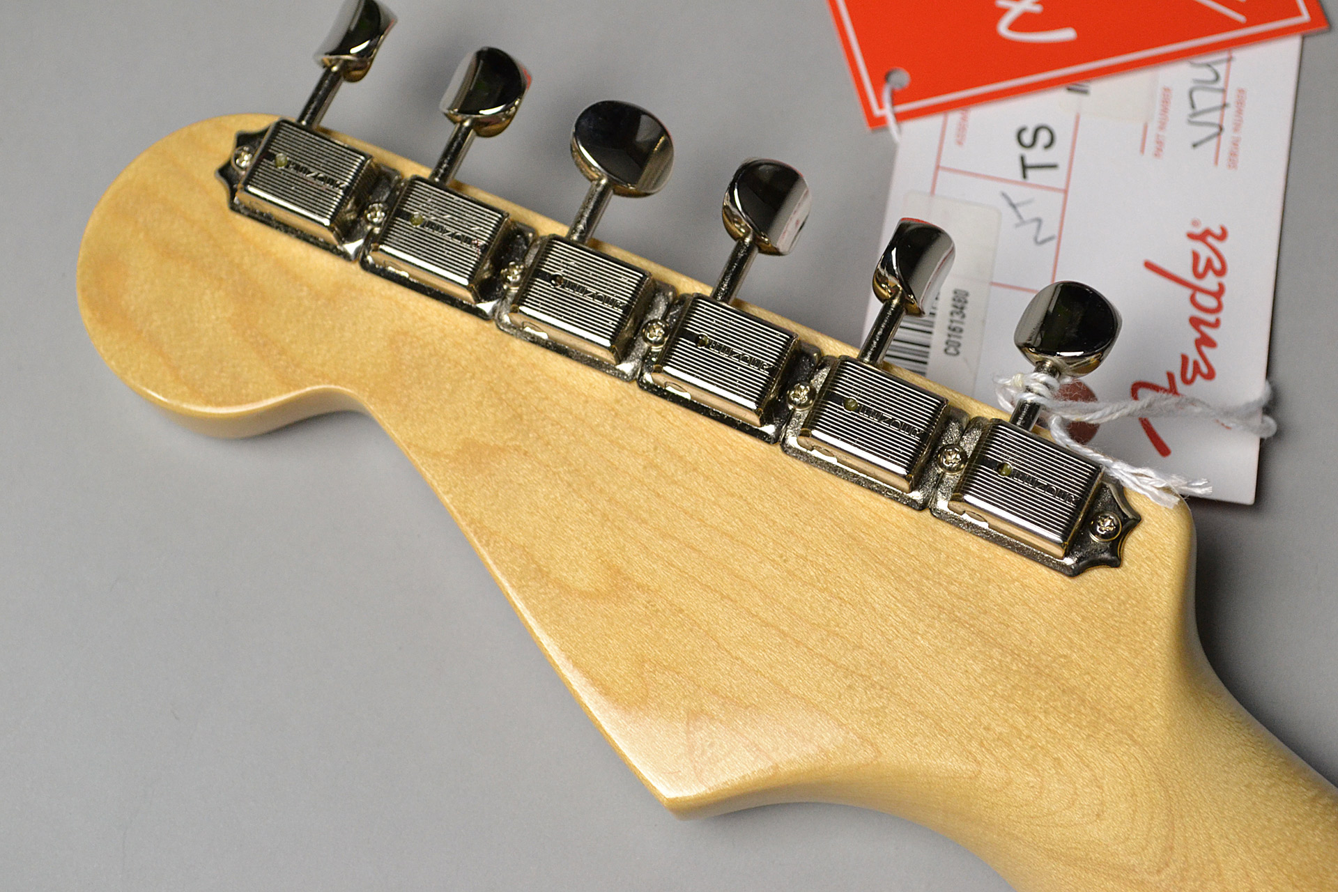 American Original '60s Stratocaster 3-Color Sunburstのヘッド裏-アップ画像