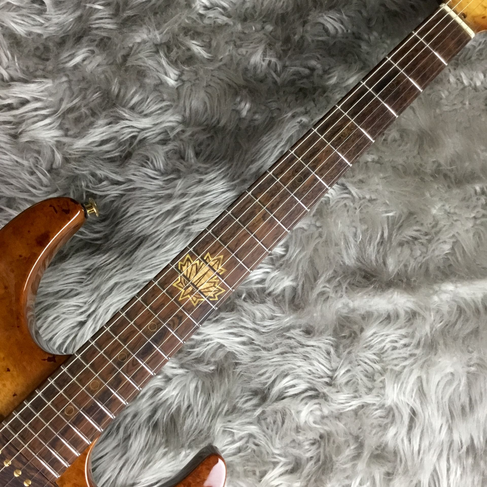 The 2015 Collection Burl Maple Modern Carve Topのボディバック-アップ画像