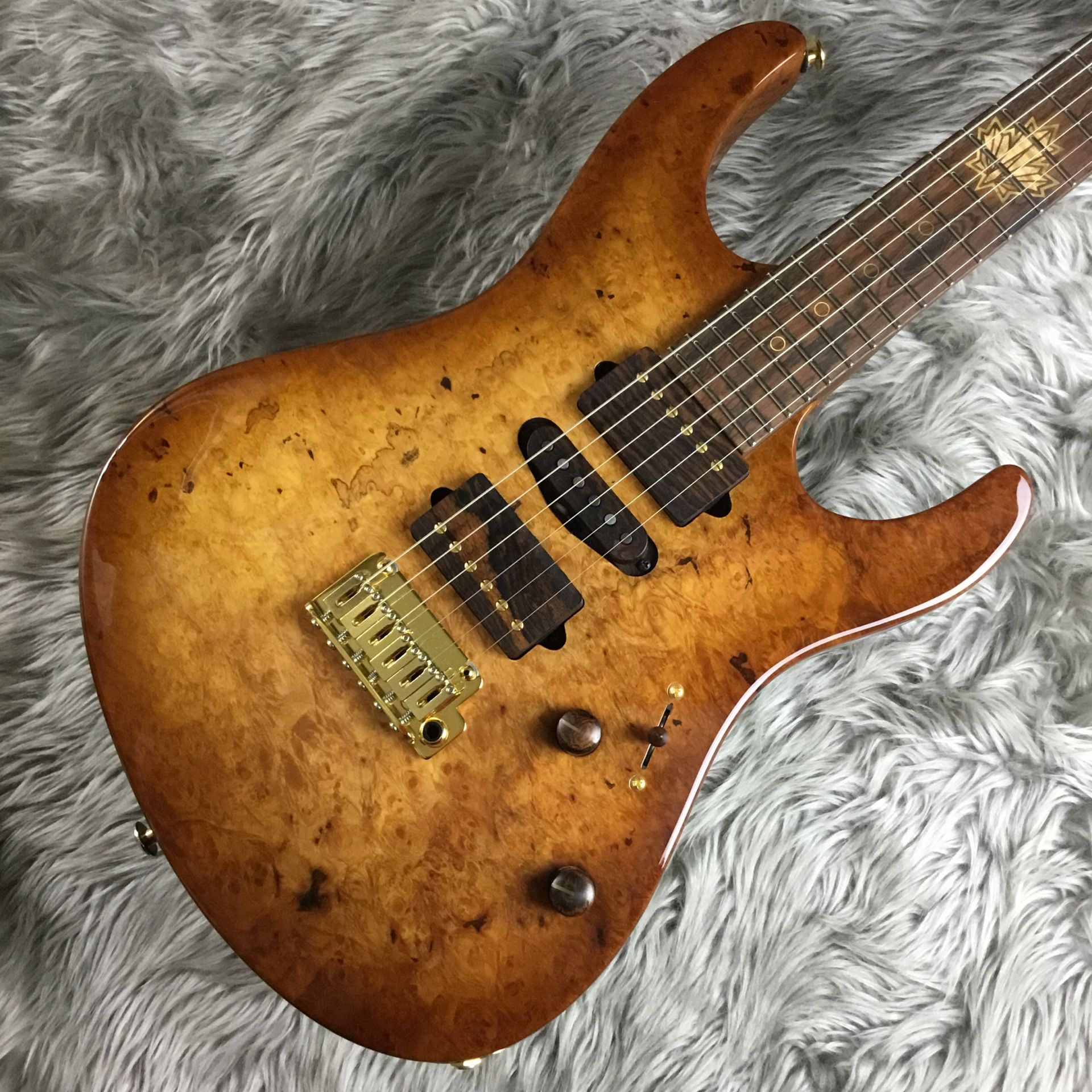 The 2015 Collection Burl Maple Modern Carve Topのボディトップ-アップ画像