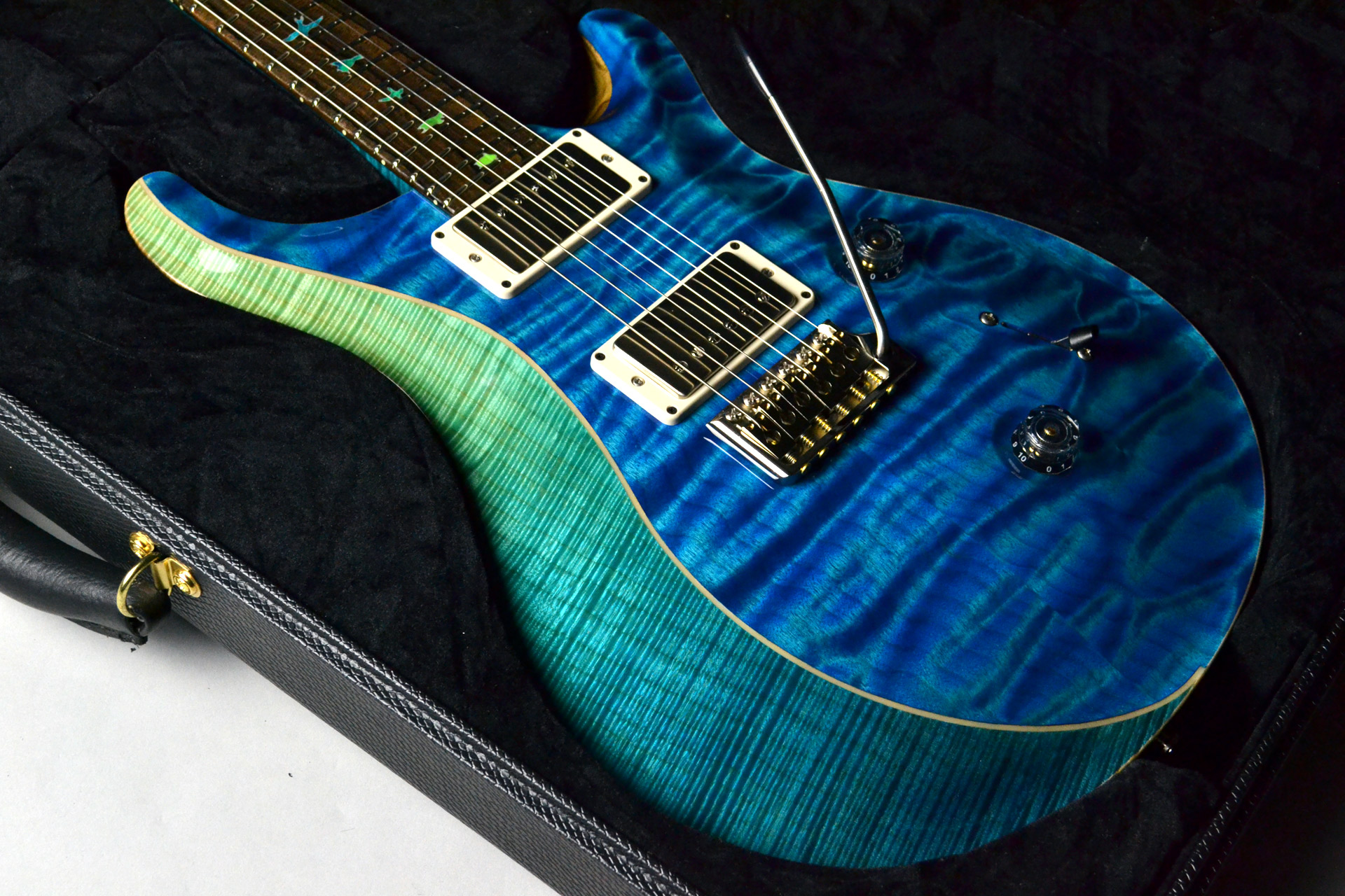 Private Stock #7659 Custom24 3-piece Top Aquamarine&Blue Fade,Luminlay Purflingのボディトップ-アップ画像