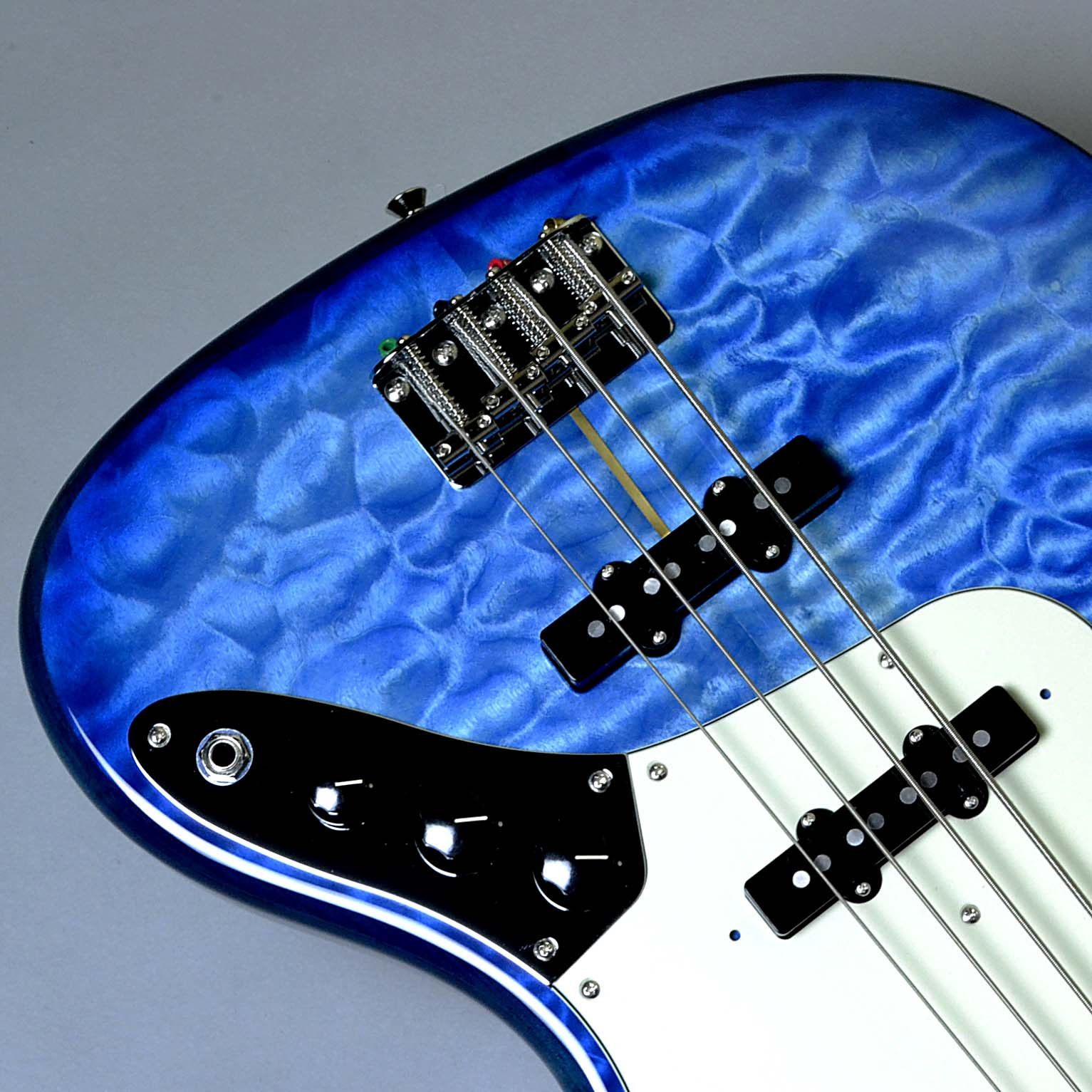 【フェンダー】  Made in Japan Hybrid 60s Jazz Bass Quilt Top Transparent Blue Limited Editionの全体画像(縦)