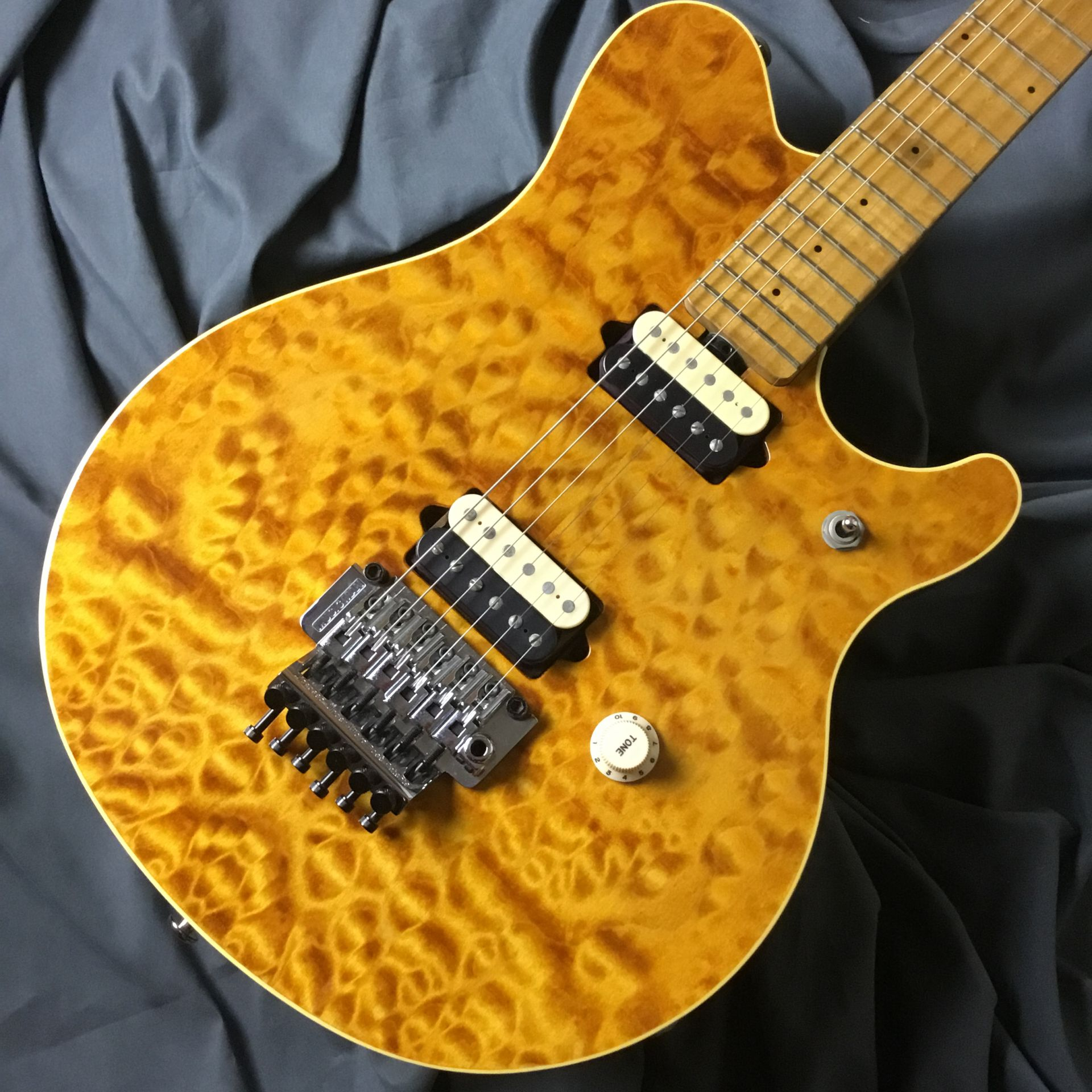 Sterling by MUSIC MAN  AXIS EX Translucent Gold 写真画像
