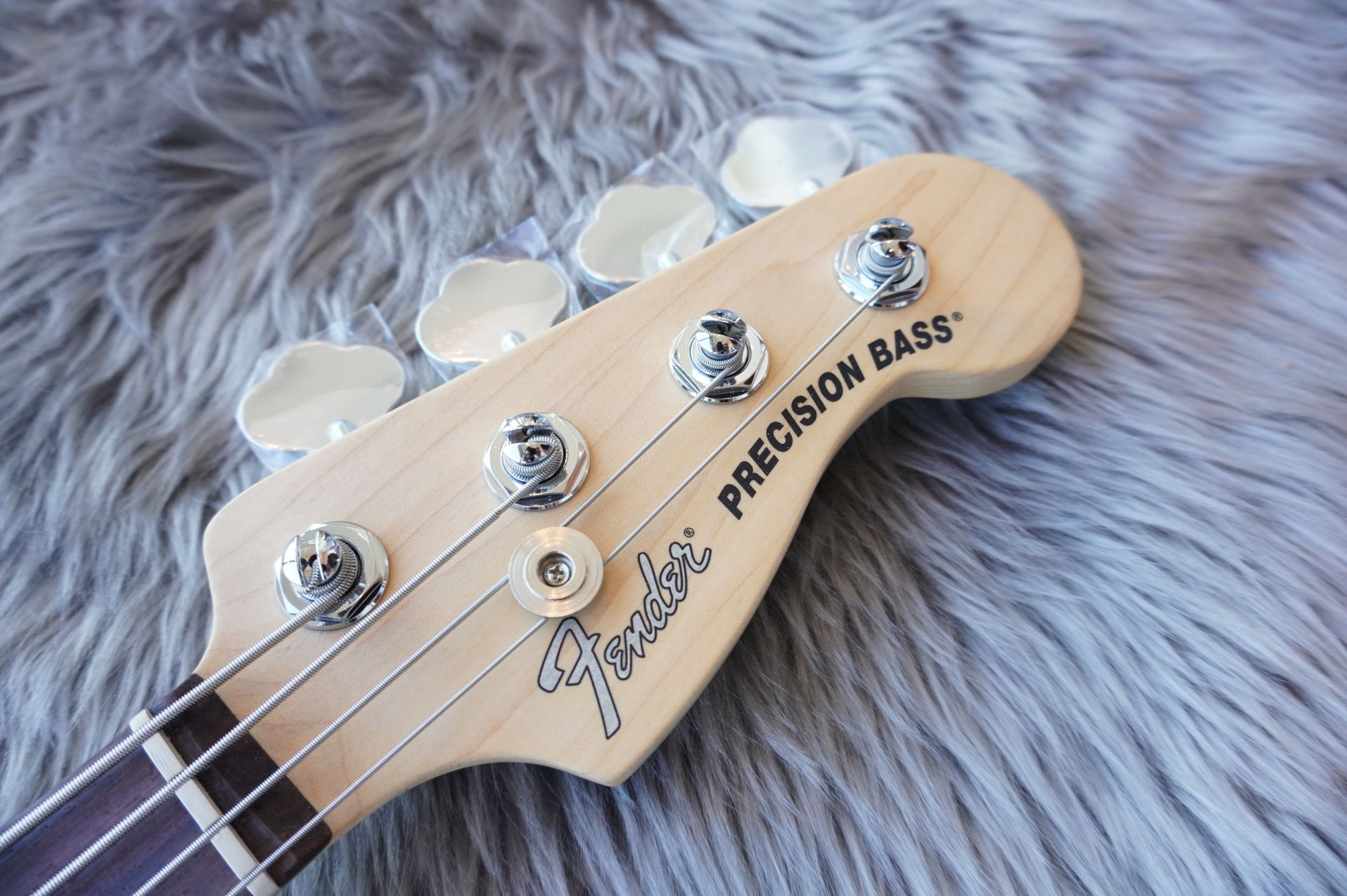AMERICAN PERFORMER PRECISION BASS®のヘッド画像