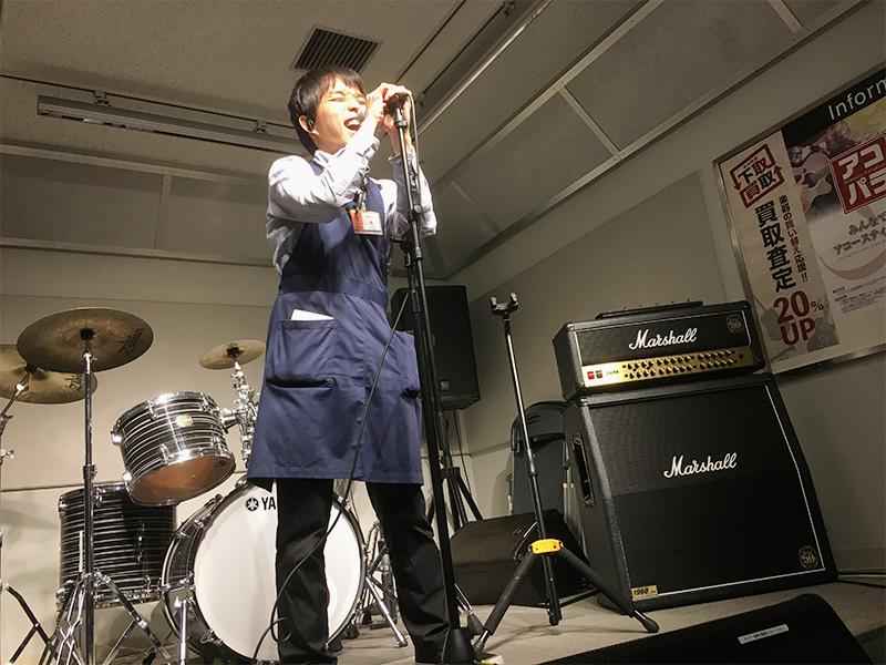 梅田ロフト店 店内スタジオで熱唱するようす