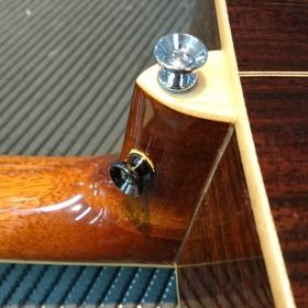 ストラップピン位置の違いを試せるサンプルギター
