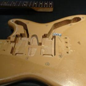 分解されたギターのボディ