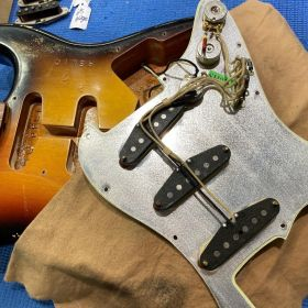 PUのリペア中のギター