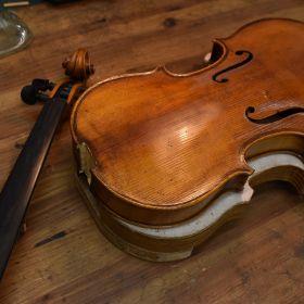 修理を待つバイオリン